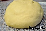 All combine and add eggs and rum and knead nekrutoe dough. Put for 20 minutes in the refrigerator.