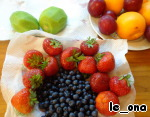 Fruits and berries wash, dry, cut according to the picture.