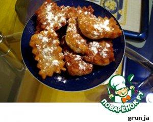 Готовые пончики посыпать сахарной пудрой.