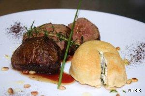 Ломтики говядины с гарниром из рикотты и шпината с ароматным кофе – кулинарный рецепт